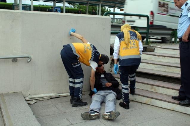 Kendinden geçip yere yığıldı, ambulans ve polisi görünce kaçtı