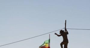 Kerkük'te peşmerge bayrakları yerlerde sürünüyor