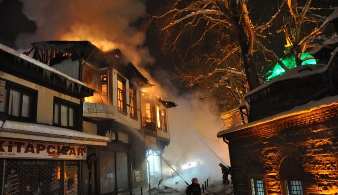 Bursa'da 185 yıllık tarihi bina alev alev yandı