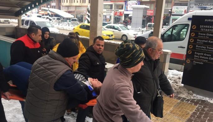 Bursa'da buzda düşen genç kız hastanelik oldu