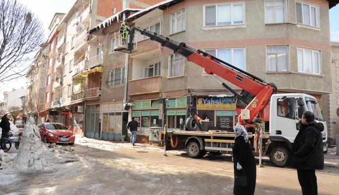 Bursa'da tehlike saçan sarkıtlara önlem