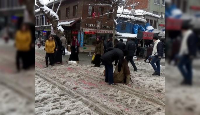 Bursa'da yollar buz pistine döndü
