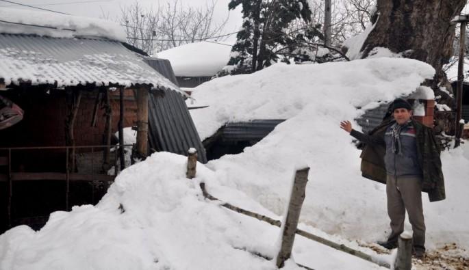 Kar kütlesine dayanamayan çatı çöktü!