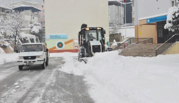 Yıldırım'da okul bahçelerindeki karlar temizleniyor