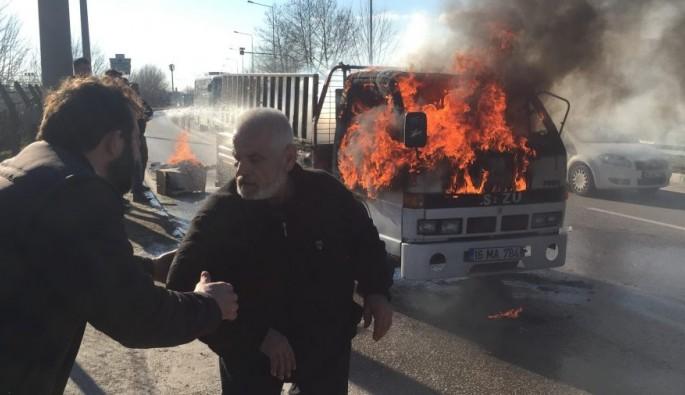 Bursa'da alev alev yandı, sürücüsü canını zor kurtardı