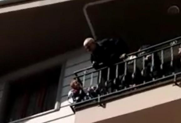 Bursa'da küçük çocuk balkon demirlerine sıkıştı