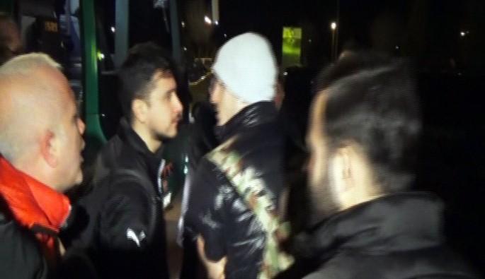 Bursaspor'lu Deniz Yılmaz'a havaalanında taraftardan tepki
