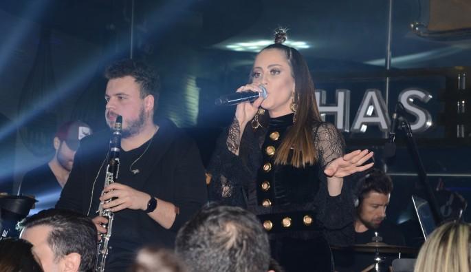 Derya Uluğ İzmir'de bir gece kulübünde sahne aldı