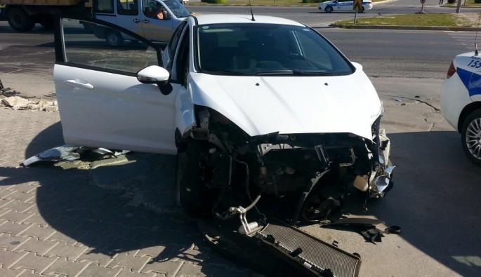 Servis ile otomobil çarpıştı: 1 yaralı