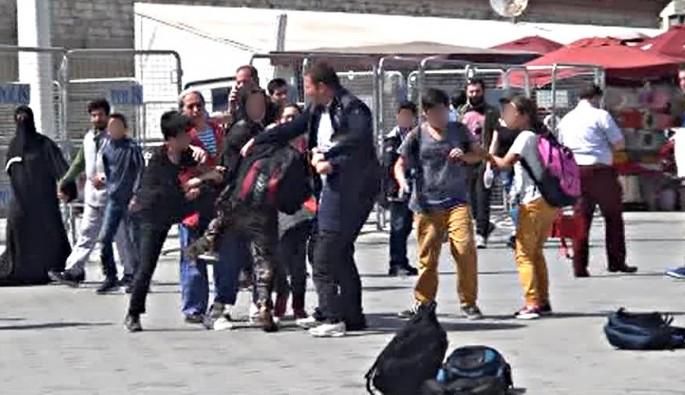 Taksim'de ilkokul öğrencileri tekme tokat birbirine girdi