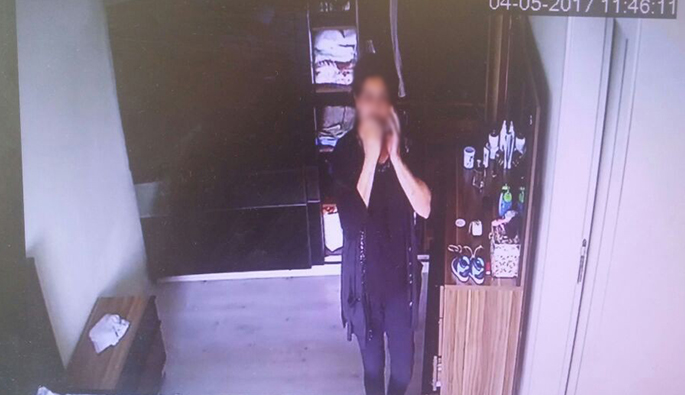 Yatak odasına taktığı kamera hırsız komşuyu ele verdi