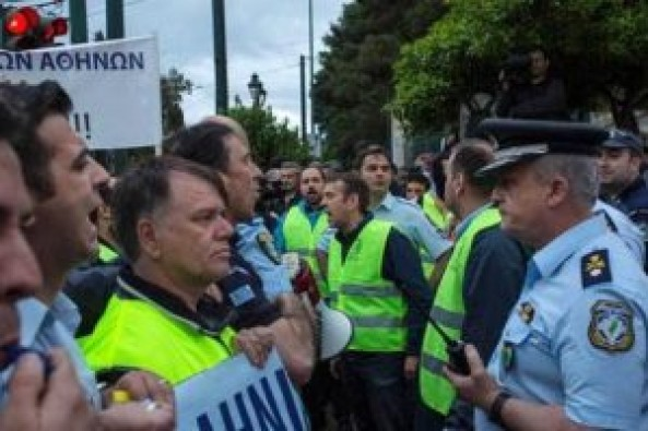 Yunanistan'da protestocu polisler parlamentoya girmeye çalıştı