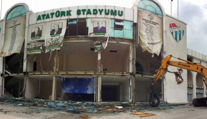 Bursa Atatürk Stadyumu'nun kapalı tribünü yıkılıyor