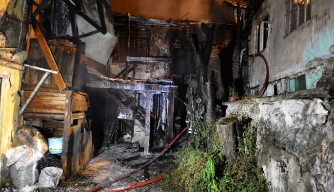Bursa'da metruk binada yangın çıktı