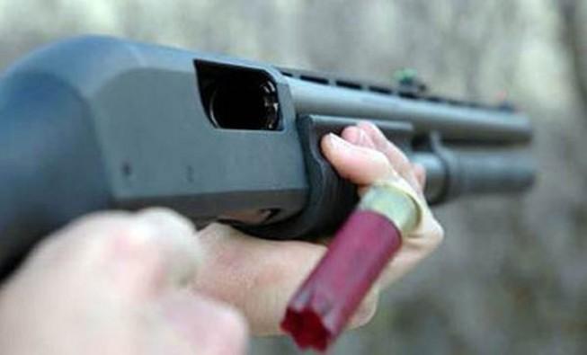Eşini kıskandı, pompalı tüfekle vurdu