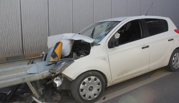 Feci kaza! Otomobil demir bariyere saplandı