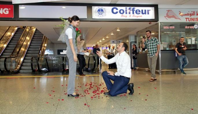 Havalimanında ilginç evlilik teklifi