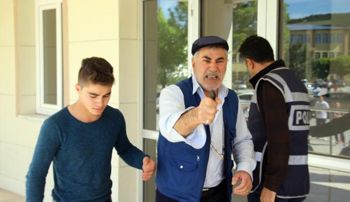Oğlu sınava geç kaldı, kapıları yumrukladı