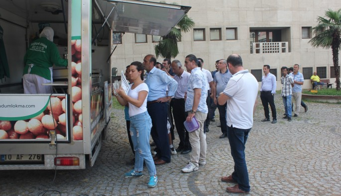 Bursa'da kavga eden kızlara adliye önünde lokma dağıtma cezası