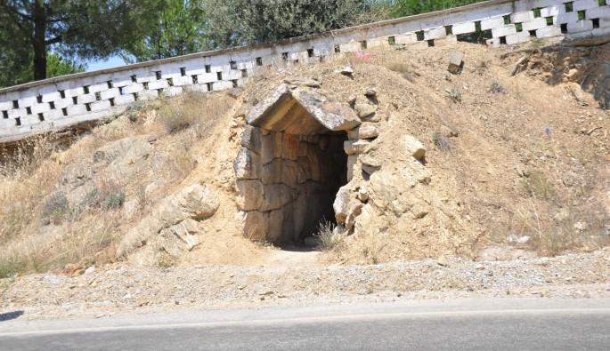 Bursa'da Roma dönemine ait mezar odasına defineci talanı