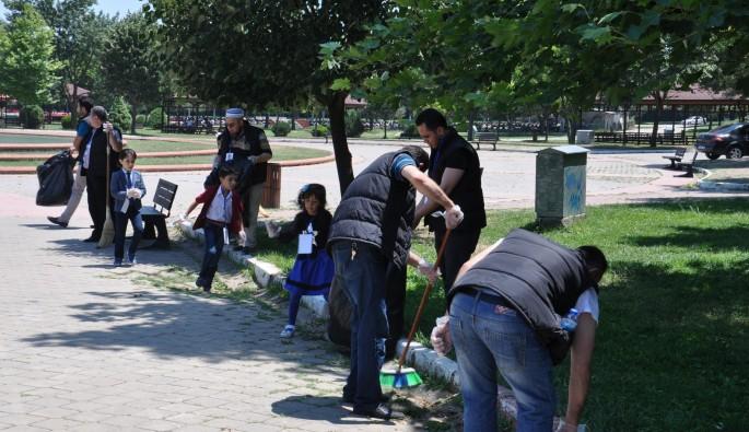 Bursa'da Suriyelilerden park temizliği
