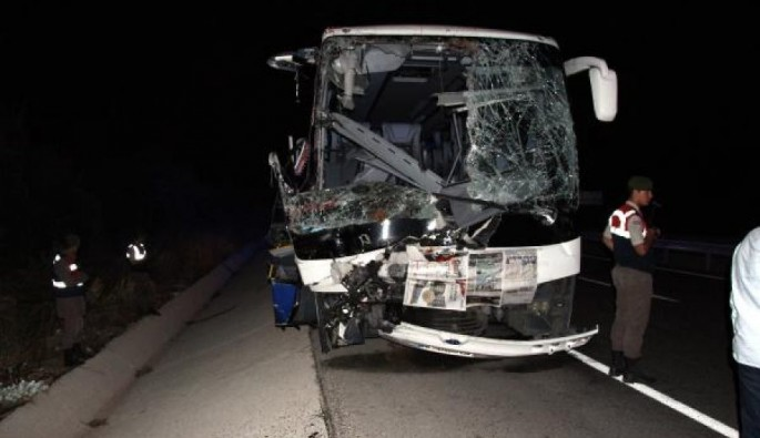 Bursa plakalı otobüs kamyona çarptı: 1 ölü, 24 yaralı