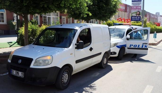Cezaevi otobüsü kaza yaptı, mahkumlar kaçmasın diye jandarma önlem aldı