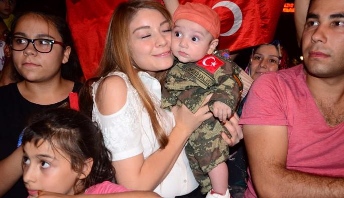 Kamuflajlı küçük Ömer Halis'e Gaziantep halkından yoğun ilgi