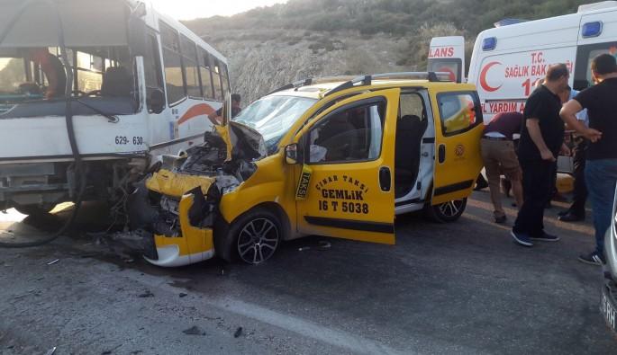 Gemlik'te ticari taksi otobüsle çarpıştı: 6 yaralı