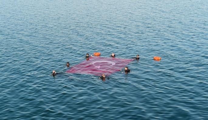 İznik Gölü'nün ortasında Türk bayrağı açıldı
