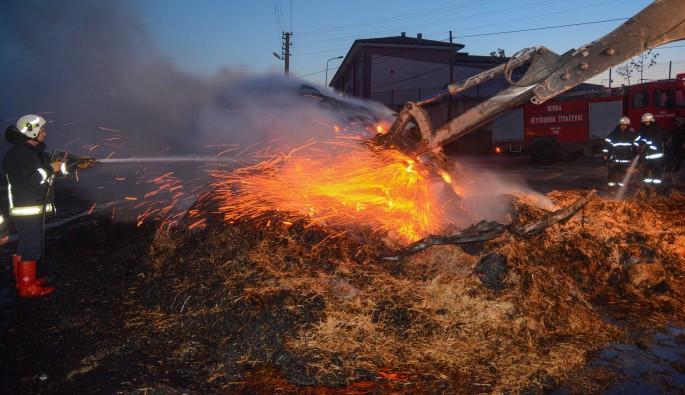Karacabey'de saman yüklü kamyon alev alev yandı