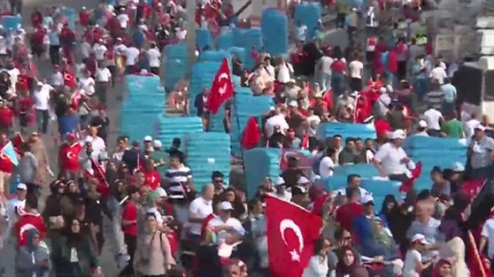 Yüz binler Şehitler Köprüsü'ne akın ediyor