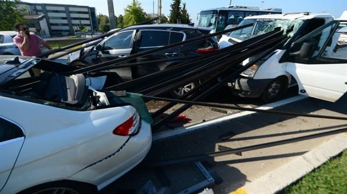 Antalya'da akıl almaz kaza: Araçlara ok gibi saplandı