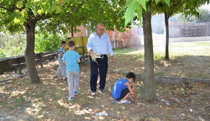 Başkan Sargın çocuklarla birlikte çöp topladı
