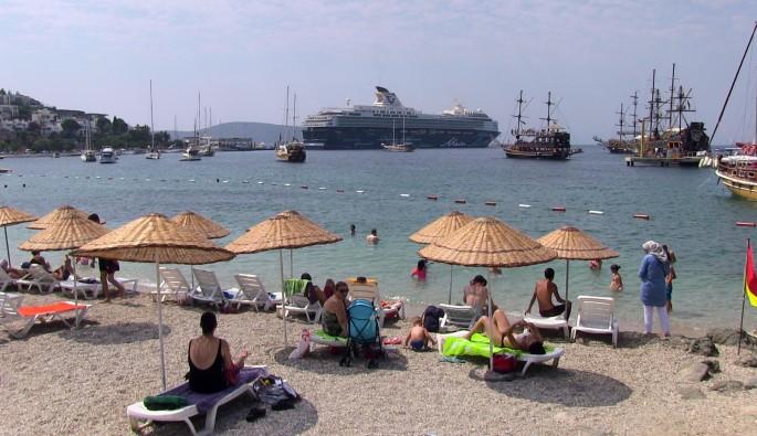 Bodrum'a demir atan gemiden 3000 turist indi