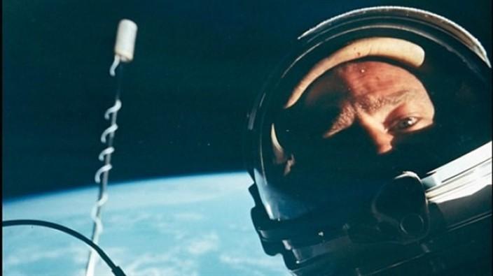 İlk uzay selfisi satışa sunuluyor