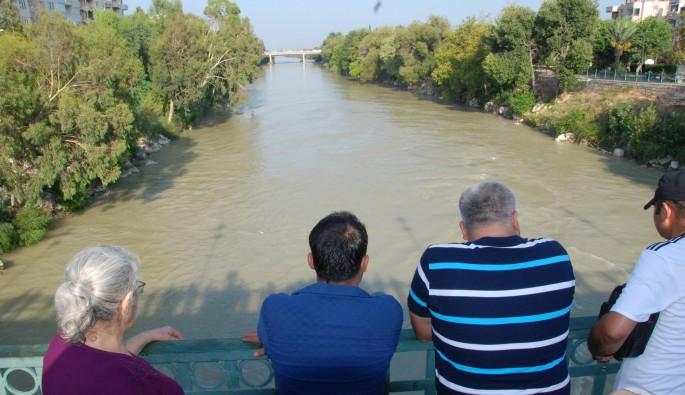 Köprüden ırmağa atlayan genç kayboldu