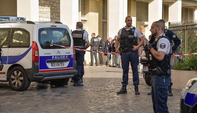 Fransa'da terör alarmı! Araç otobüs durağına daldı