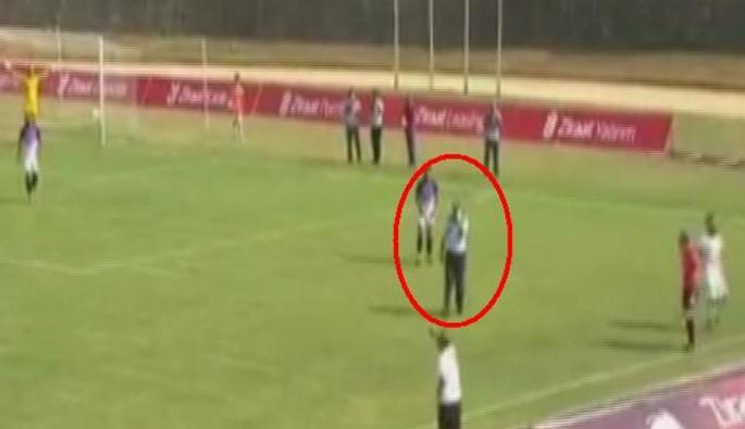 Telefon konuşurken sahaya giren polis maça damga vurdu