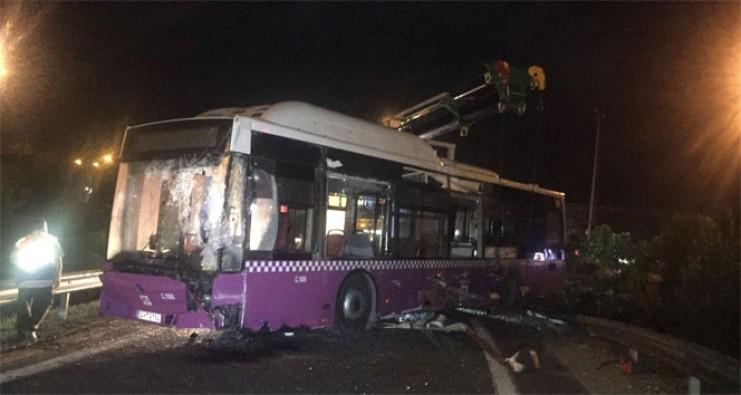 Virajı alamayan İETT otobüsü devrildi