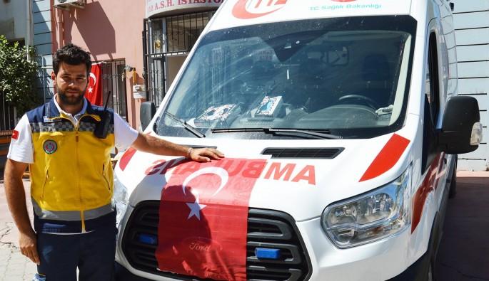 Ayakkabılıkta bulduğu Türk bayrağını ambulansa astı
