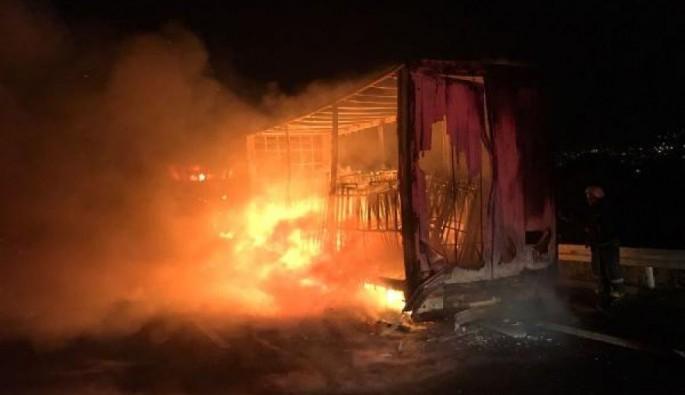 Bursa Orhangazi'de mobilya yüklü TIR alev alev yandı