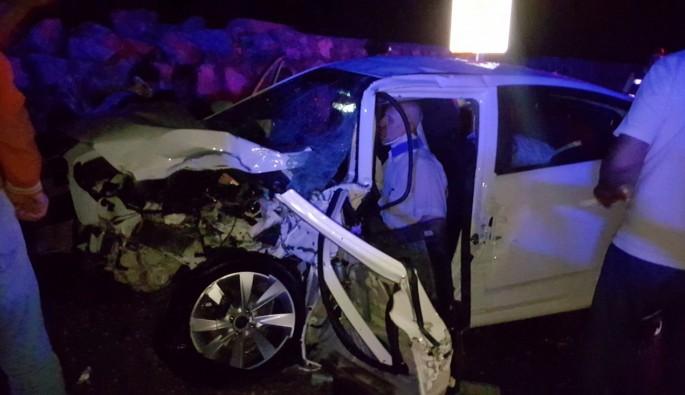 TIR Düğünden Bursa'ya Dönen 2 Otomobile Çarptı: 8 Yaralı