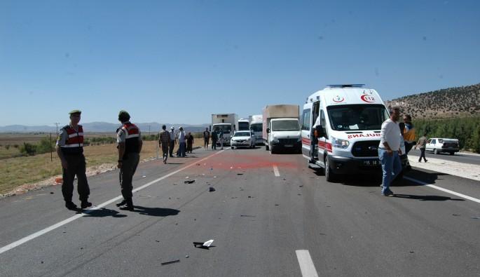 Otomobil ile traktör çarpıştı: 6 yaralı