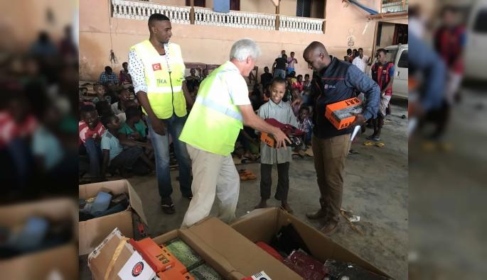 TİKA'dan Somalili yetimlere giysi desteği