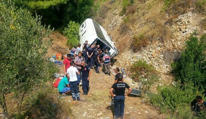 Tur midibüsü şarampole yuvarlandı: 4 ölü