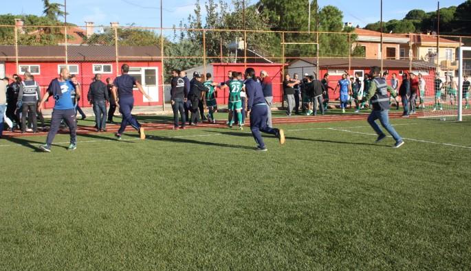 Ayvalıkgücü Belediyespor , İzmir Bornova Yeşilovaspor maçında kavga çıktı