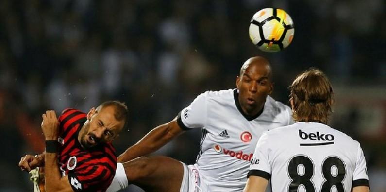 Beşiktaş'a kırmızı kart şoku! 10 kişi kaldılar