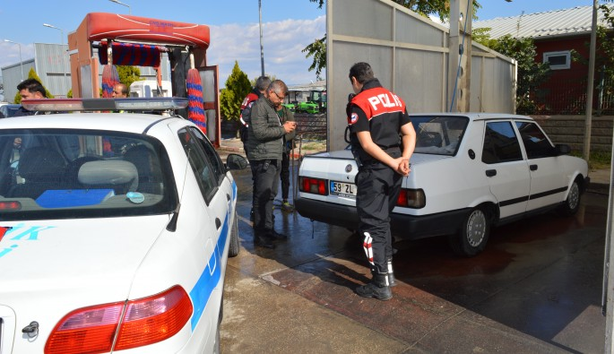 Çaldığı otomobili oto yıkamaya götürünce...