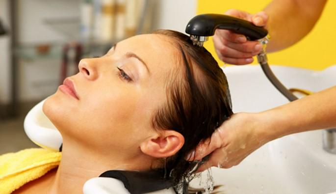 Saçları her gün yıkamak saç dökülmesine yol açar mı?